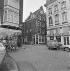 Prins Hendrikkade 57 (ged.) - 58 (ged.) v.r.n.l. met ertussen de Sint Olofskapel
