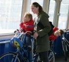 IJveer op het IJ, moeder met kinderen op de fiets