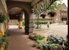 Het Zonneplein gezien van onder de arcade voor Zonneplein 17-27 naar het Zonnehu…