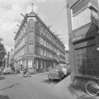 Lijnbaansgracht 27 (ged.) - 34 (ged.). Rechts van nummer 33 Goudsbloemstraat 142…