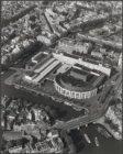 Luchtfoto van het Stadhuis-Muziektheater en omgeving kort na de ingebruikname