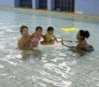 Moeders met kinderen in het water in Sportfondsenbad Oost, Fronemanstraat 3