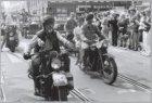 Veteranendag. Motorrijders op historische legermotoren, onderdeel van het defilé…