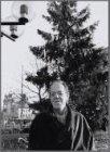 Kunstenaar Karel Braun op het Leidseplein. Versierder van het Leidseplein bij de…