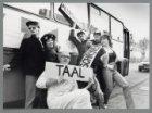 De acteurs van Theatergroep Kunstbende bezoeken scholen per bus