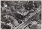 Luchtfoto van de bouw van het gebouw van de Raad van Arbeid, Rhijnspoorplein 1