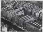 Luchtfoto van de Prinsengracht (midden links) en omgeving gezien in noordoosteli…