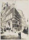 Nieuwezijds Voorburgwal 73-75 (v.l.n.r.), hoek Nieuwe Nieuwstraat gezien naar de…