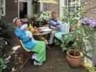 Mevrouw Brinkman met poes en een gast, bewoonster van Karthuizersstraat 149 (rec…