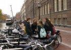 Scholieren bij de fietsparkeergelegenheid op de Zieseniskade bij de achterzijde …