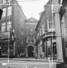 Kalverstraat 90 (ged.) - 94 (ged.) v.r.n.l. Op nummer 92 de toegangspoort van he…