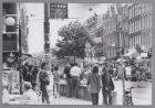 Gezicht op de Albert Cuypmarkt in de Albert Cuypstraat gezien vanaf de Ferdinand…
