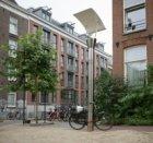 Moderne straatlantaarn in de Da Costastraat voor nummer 135, gezien naar Jacob v…