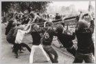 Demonstranten trekken op de Zwanenburgwal de hekken rondom de bouwplaats van de …