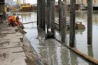 Werkzaamheden in de bouwput in de De Ruijterkade voor verkeerstunnel en busplatf…