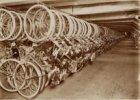 Bergplaats van fietsen in een hulpbank van de Stadsbank van Lening