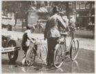 Les in oversteken met de fiets aan de hand, Nieuwezijds Voorburgwal