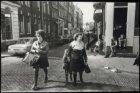 Keizersgracht hoek Prinsenstraat, straatbeeld met voorbijgangers. Rechts Keizers…