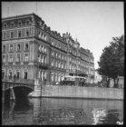 Het Amstel Hotel aan het Prof. Tulpplein, gezien vanaf de Mauritskade over de Si…