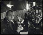 Portret van schrijver Simon Vinkenoog in café De Eland, Elandsstraat 119
