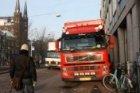 Singel. Bevoorrading winkelcentrum Kalvertoren met vrachtwagens en hinder voor v…