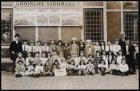 Schoolklas voor het station  van de Gooische Stoomtram bij het Weesperpoortstati…