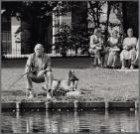 Vondelpark. Vrije tijd in het park: visser met hond aan een vijver. Op de achter…