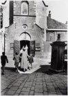 Mensen begeven zich naar de ingang van de Engelse Kerk, Begijnhof 48, voor aanva…