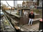 De tweede Poezenboot, tegenover Singel 20, met dierenopvang op een woonboot en b…