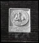 """Zandhoek 14, gevelsteen """"In den Gouden Reael"""" met een afbeelding van de Carolusg…"""