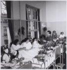 Kees Manders in het Wilhelmina Gasthuis bij TBC patienten