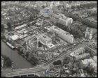 Luchtfoto van het in aanbouw zijnde Stadhuis-Muziektheater, Amstel 1-3, in noord…