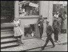 Voetboogstraat 31-33, meisje met ijsje bij de ingang van een winkel in etalagema…