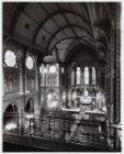 Interieur van de rooms-katholieke Sint Bonifatiuskerk met gezicht op het prieste…
