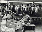 Markt op de Lindengracht. Vrouw met klein kind op de arm
