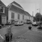 Amstelveld 6 (ged.) en 10, zijgevel van de Amstelkerk aan de Kerkstraat, gezien …