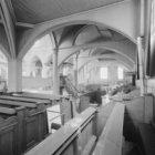 Amstelveld 10, Amstelkerk, interieur met preekstoel en banken