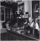 Fa. J.B. de Vries, steken en aansprekershoeden, in zijn werkplaats Korsjespoorts…