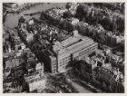 Luchtfoto van het Rembrandtplein en Amsterdamse Bank gezien gezien in noordooste…