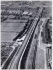 Luchtfoto van de Gooiseweg (bovenaan) en omgeving gezien in noordwestelijke rich…