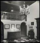 Jodenbreestraat 4. Door kaarslicht verlichtte hal in het Rembrandthuis