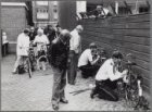 Admiraal de Ruijterweg. Graveren van fietsnummers bij het politiebureau
