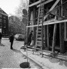 Singel 14 tijdens restauratie. Links aan de overzijde Brouwersgracht 1 (ged.) - …