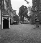 Begijnhof 9 (ged.) - 14 (ged.) v.r.n.l. (rechts in het verschiet)