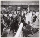 Passagiers van de Tolhuispont van de Buiksloterweg komen aan op de De Ruijterkad…