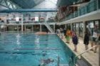 Fronemanstraat 3. Zwemles in kleding in het Sportfondsenbad Oost