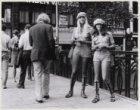 Meisjes in hot-pants delen reclamefolders uit voor de Grand-Prix van Zandvoort o…
