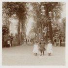 Laan in Artis, Plantage Kerklaan 40, met drie meisjes poserend voor de fotograaf…