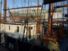 Woonschepen in de Oude Houthaven gezien in noordoostelijke richting vanaf de Van…