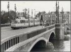De Nieuwe Amstelbrug (brug 101) over de Amstel gezien naar de Weesperzijde